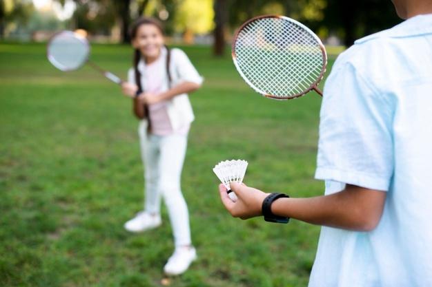 2 børn spiller badminton